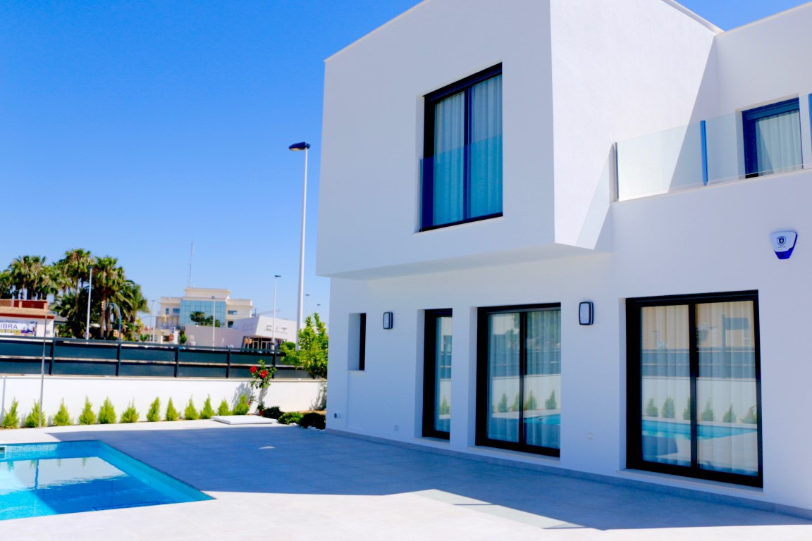 Villa with pool for sale in Spain. This is a great location, centrally located just 5 minutes walk t, Spain