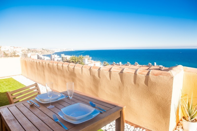 Enjoy this magnificent terrace facing south, where sun, sky and sea come together... This impressive, Spain