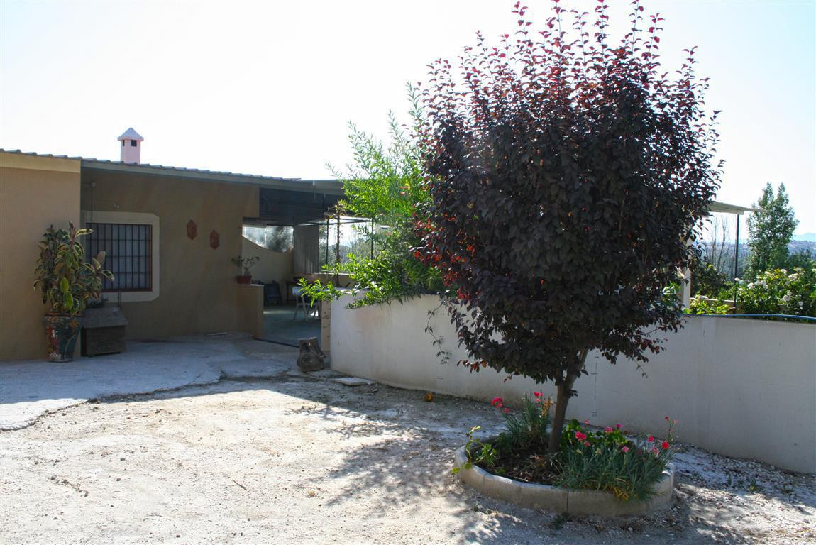 Very quiet country house with good access and with nice views located 5.5 km away from Coin. It is d,Spain