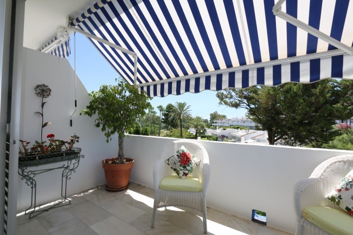 Charming topfloor apartment on the first floor for sale in Los Dragos, Nueva Andalucia.Located on th, Spain