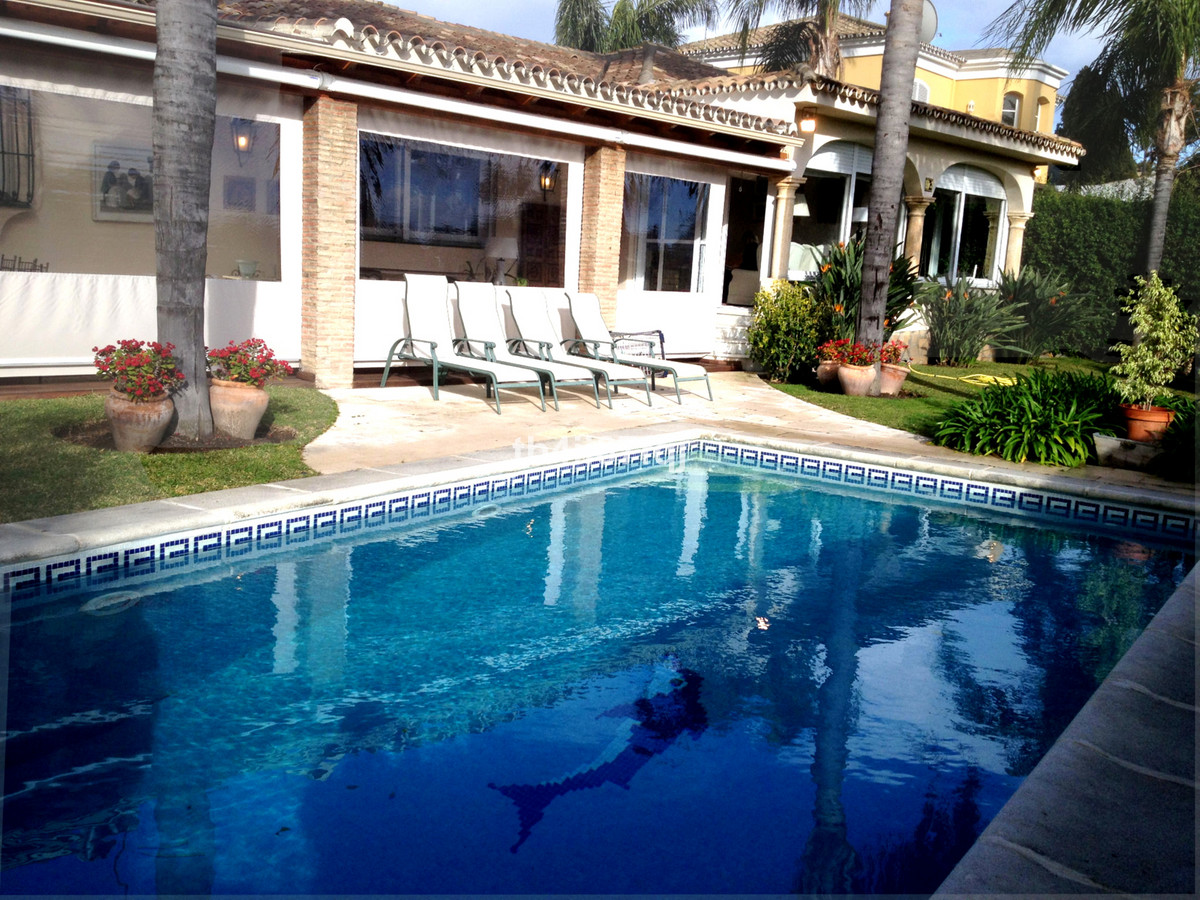 Nice detached villa on 1 level, frontline golf. It has 4 bedrooms, gas central heating, underground ,Spain