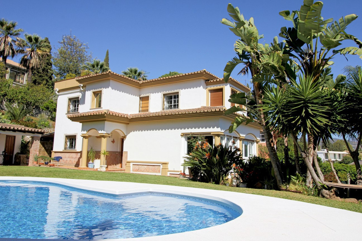 This is a unique opportunity to acquire a fantastic villa in the heart of Nueva Andalucia. It is loc, Spain