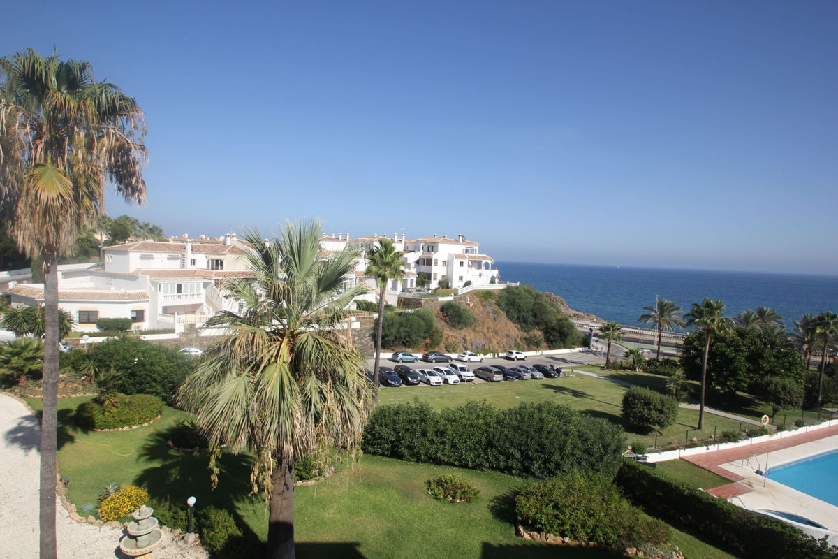 Nice sea views apartment located in the famous La Costa club complex. The apartment has 2 spacious b,Spain