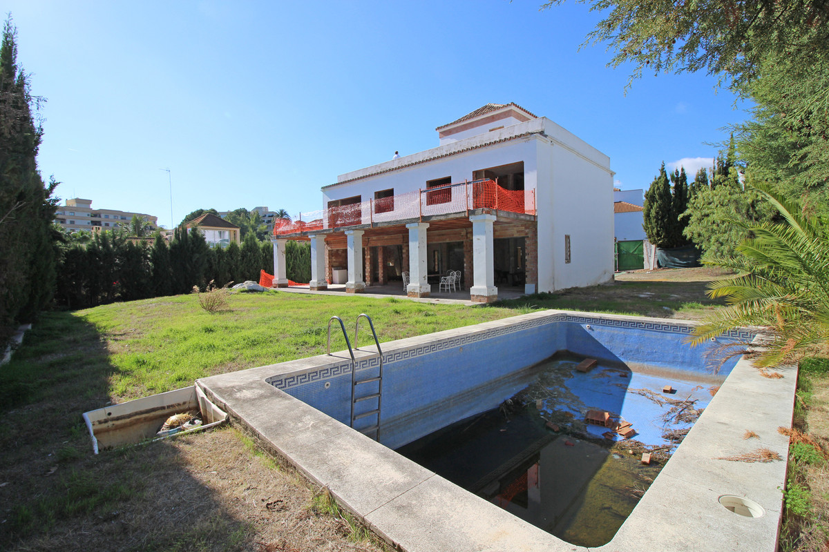 A rare opportunity to acquire a partly renovated villa located in the heart of the Golf Valley and w, Spain