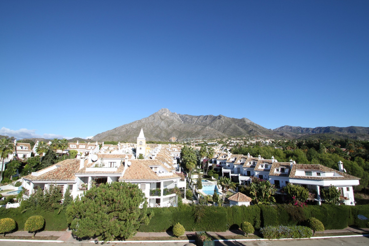 Impeccable South-facing three bedroom corner townhouse in a quiet and consolidated gated complex in ,Spain