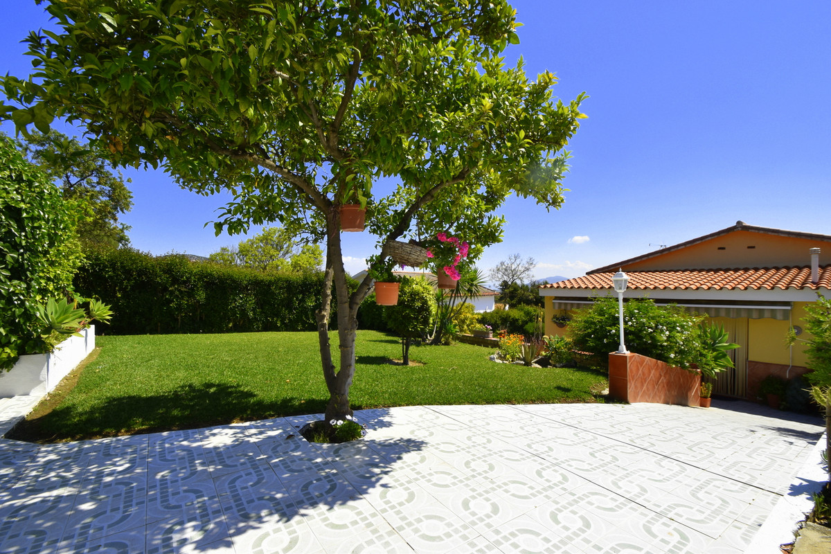 Villa in urbanization Miralmonte in Coin, with 700 m2 plot all in one floor. Independent apartment. ,Spain