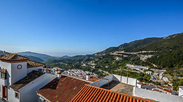 A cosy well maintained apartment nestled in the white-washed village of Ojen, Marbella. The property, Spain