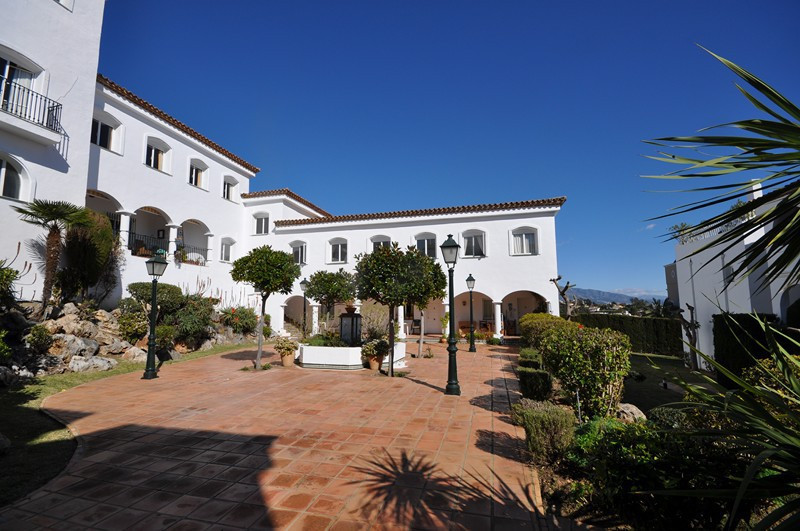 Top Floor Apartment, El Paraiso, Costa del Sol. 1 Bedroom, 1 Bathroom, Built 46 m².  Setting : Subur, Spain