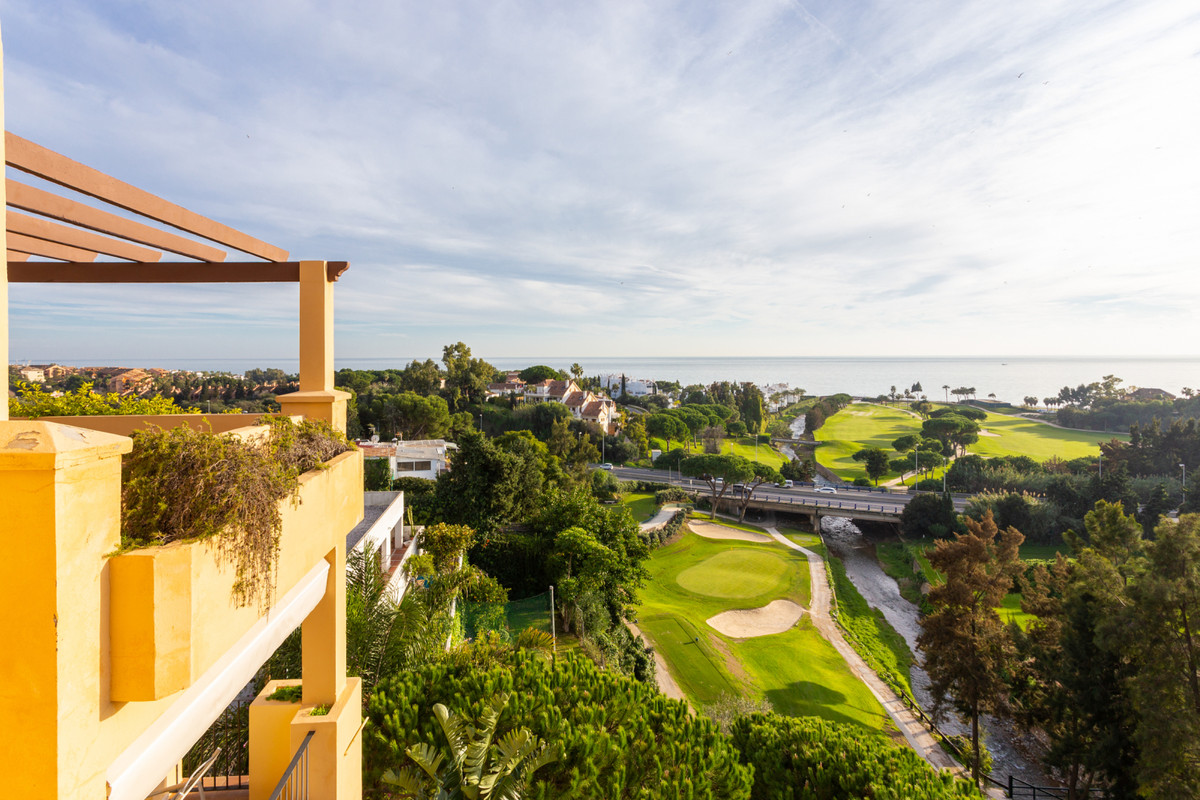VERY ATTRACTIVE PRICE FOR A BEAUTIFUL PENTHOUSE .... must be seen, lots of sun, and 1st LINE GOLF wi,Spain