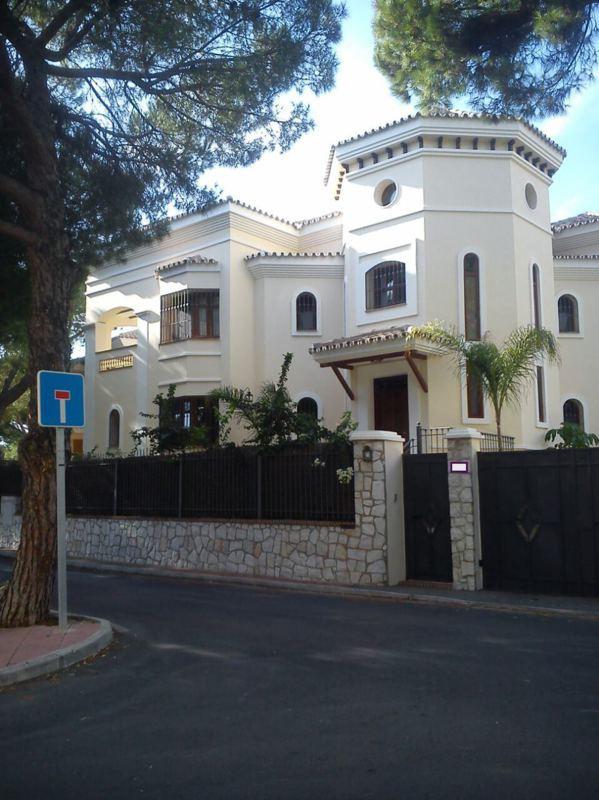 Espectacular vivienda unifamiliar aislada en zona Este de Marbella. Ubicada entre la A-7 y el mar, a,Spain