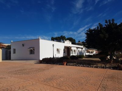 Large property of 460m2 all on 1 floor, on a fenced plot of 3253m2. Electric gates. Very good and qu, Spain