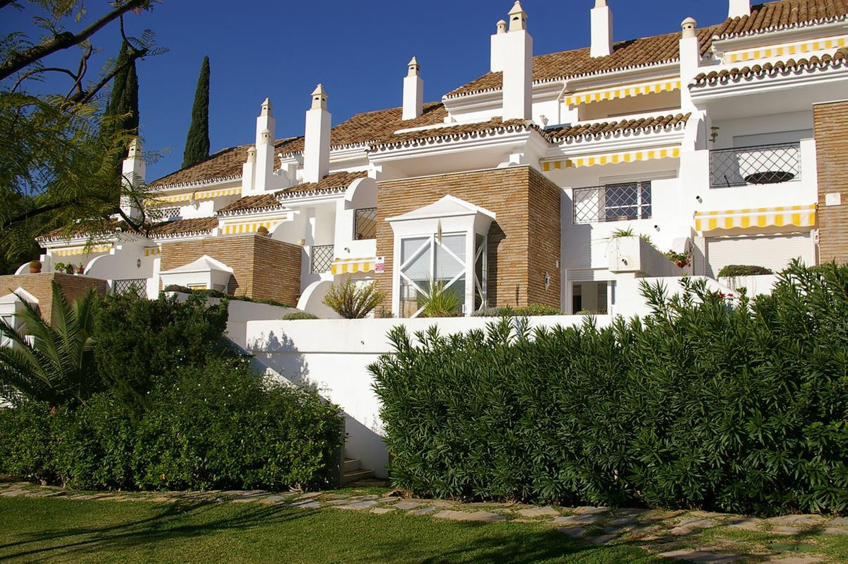 A very nice 2 bedroom duplex in a small complex in El Paraiso. This property has a private driveway , Spain