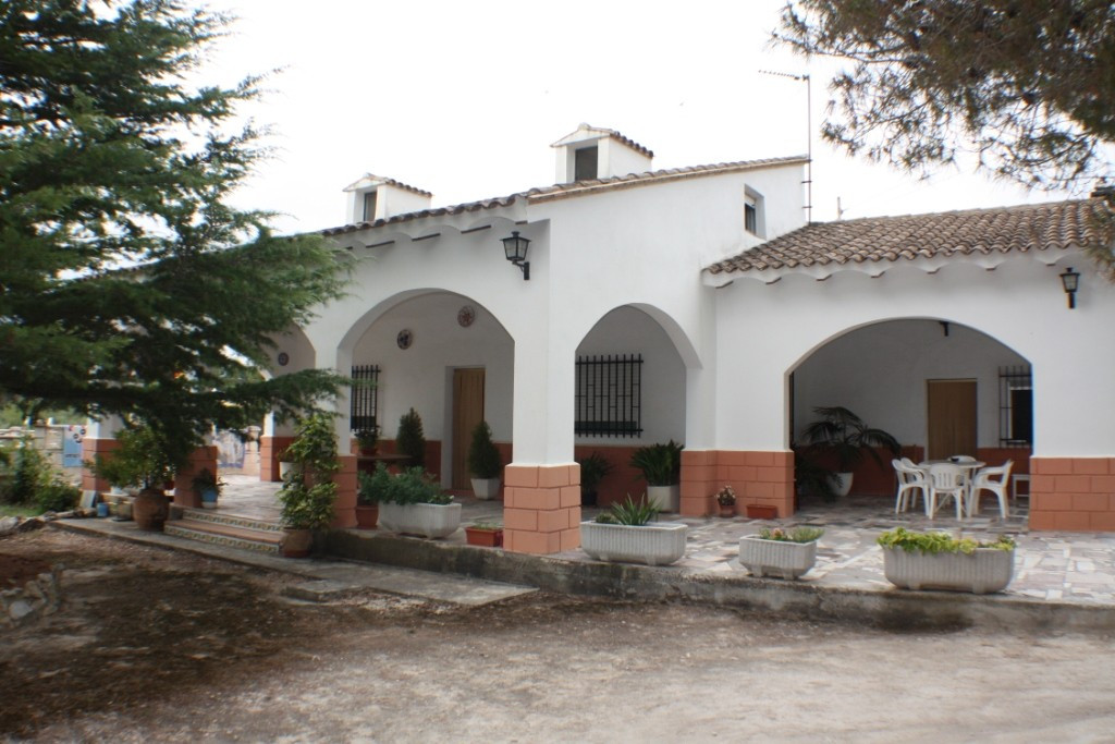 Country house of approximately 120m2 on a large plot of 4.000m2 Located at the end of lane in a quit,Spain