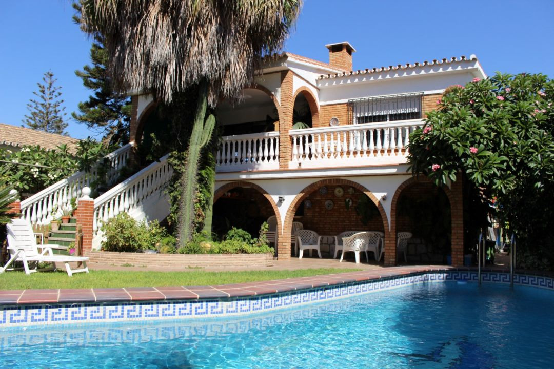 This big Villa consists of a main House with a large living/dining room with fireplace, a wide kitch,Spain