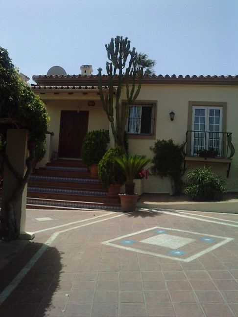 beautiful country villa set in amazing landscaped gardens. Lawns and fruit trees Quiet location only,Spain