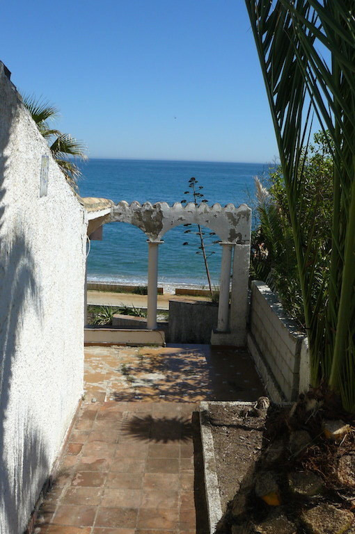 Plot of land front line beach in Estepona, with building permit up to 140 sqm. very peaceful area, i, Spain