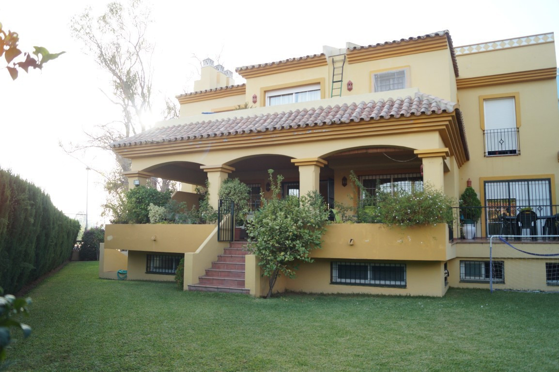 LUXURY SEMIDETACHED VILLA LOCATED IN GUADALMINA GOLF.  This amazing property is located in Guadalmin,Spain