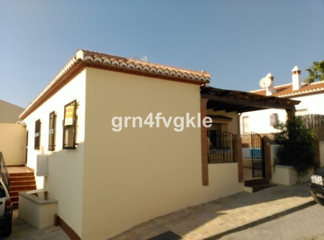 House villa of 170 m2 with 340 m2 plot, divided into 3 independent houses.  First, it has 2 double ,Spain