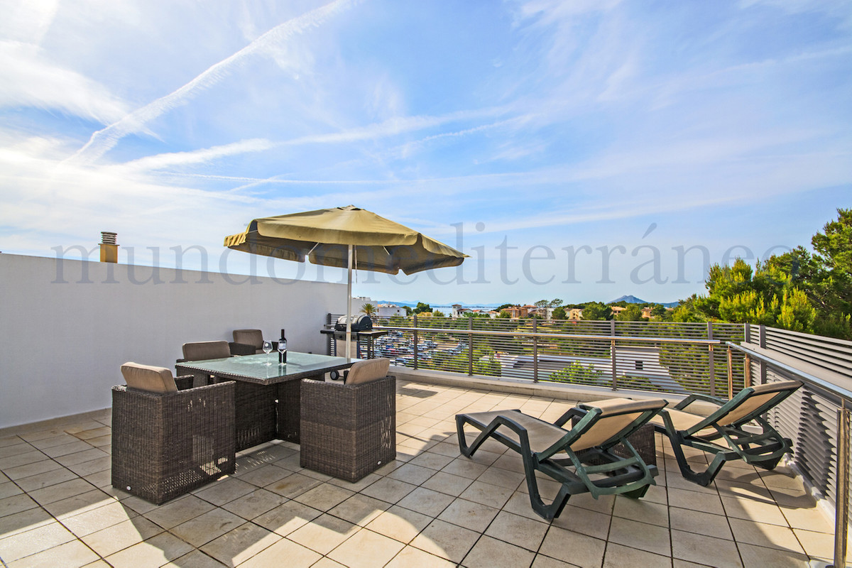 Excellent spacious top floor apartment with large private roof terrace of approx. 70m2, sea views in, Spain