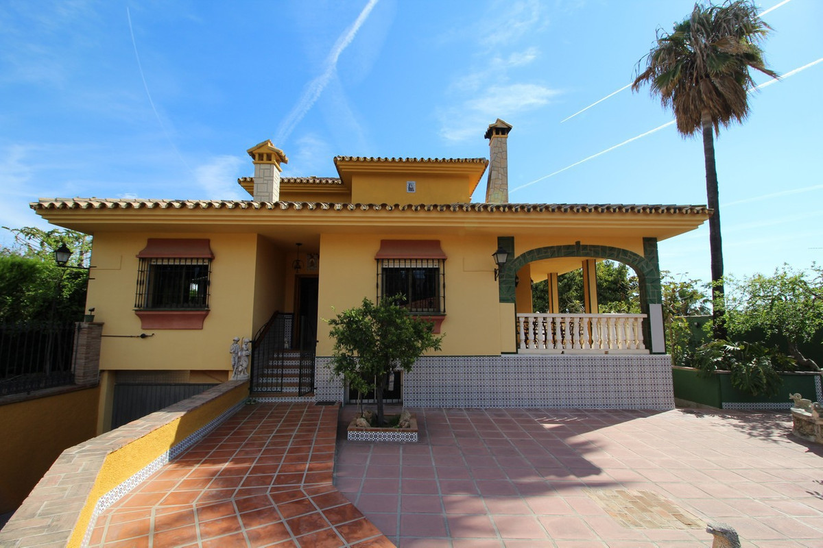 This spacious (547 m2) detached villa is situated in Churriana between Torremolinos and Alhaurin de ,Spain