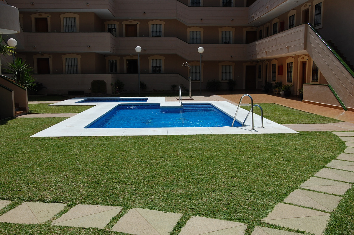 At just 3 minutes walking distance to the beach, this apartment with 2 bedrooms, 2 en-suite bathroom, Spain