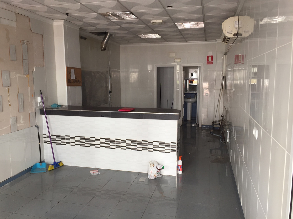 FREEHOLD Commercial premise, 35 m2. +toilet+storage room. Great location in busy neighbourhood, Bena, Spain