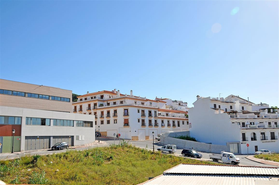 Townhouse in a good location that is built over 3 floors. On the ground floor is a kitchen, living-d, Spain