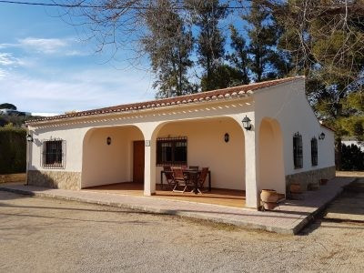 Lovely, very well maintained country house of 167m2 on a fenced plot of 1623m2. Walking distance int,Spain