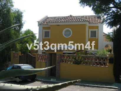 Villa on a plot 330 m2 with a large garden of 100. meters of housing built is 230 m2. The provision ,Spain