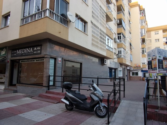 It is located under the premises 1 and 2, having access from the local 2 Lindando with the local 1, , Spain