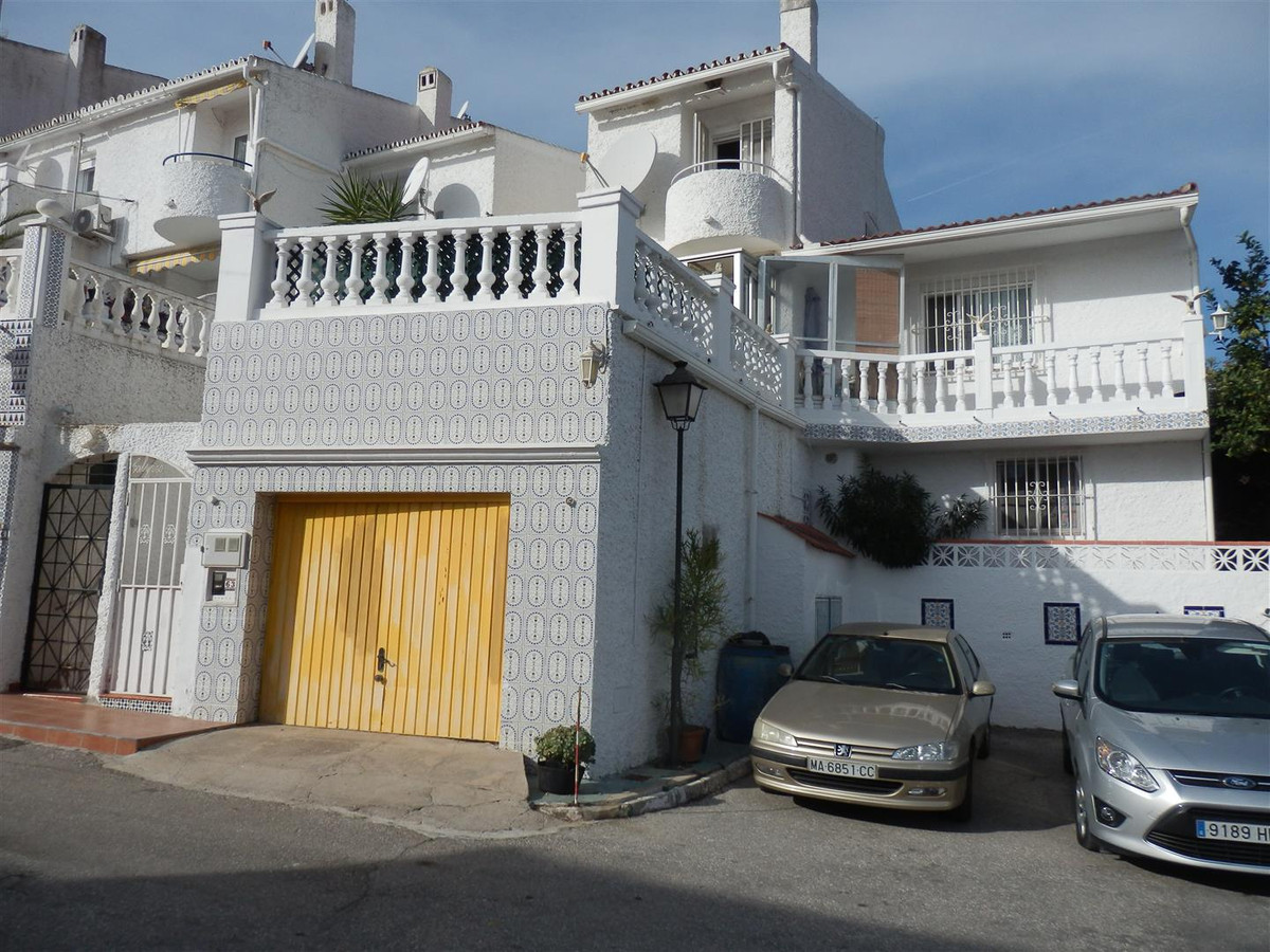 Beautiful villa in a quiet and beautiful views. The House has a very large living room, since it is ,Spain