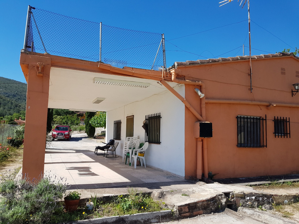 Country house  of a 126 m2 in need of updating with stunning views, on a partly fenced plot of 4596m,Spain