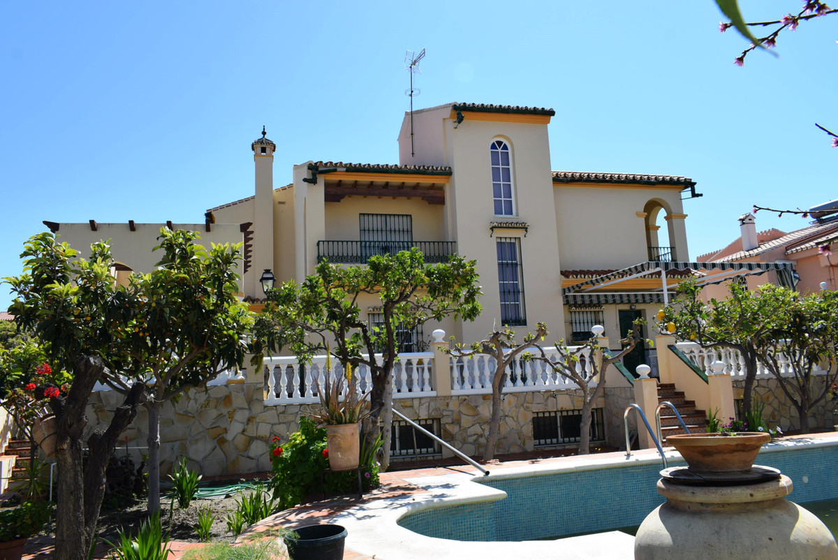 Fantastic large detached villa in one of the most sought after urbanizations in Torre del Mar. This , Spain