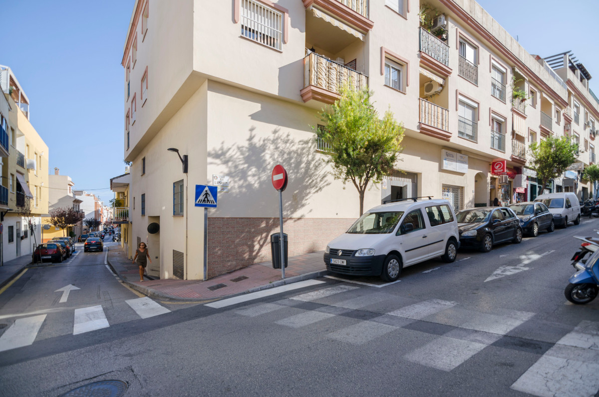 Commercial corner located in the area of Las Lagunas, near CARE and Carrefour. It has an area of 180, Spain
