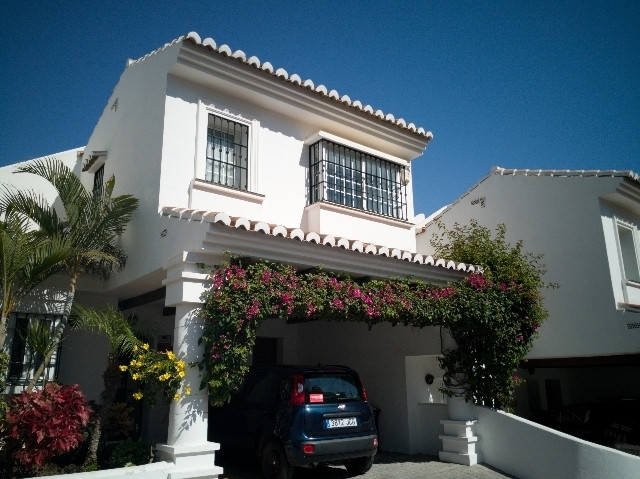 Spacious 3 bed, 3 bath Semi D. Villa in the heart of Miraflores. The main house is spread over 2 flo, Spain
