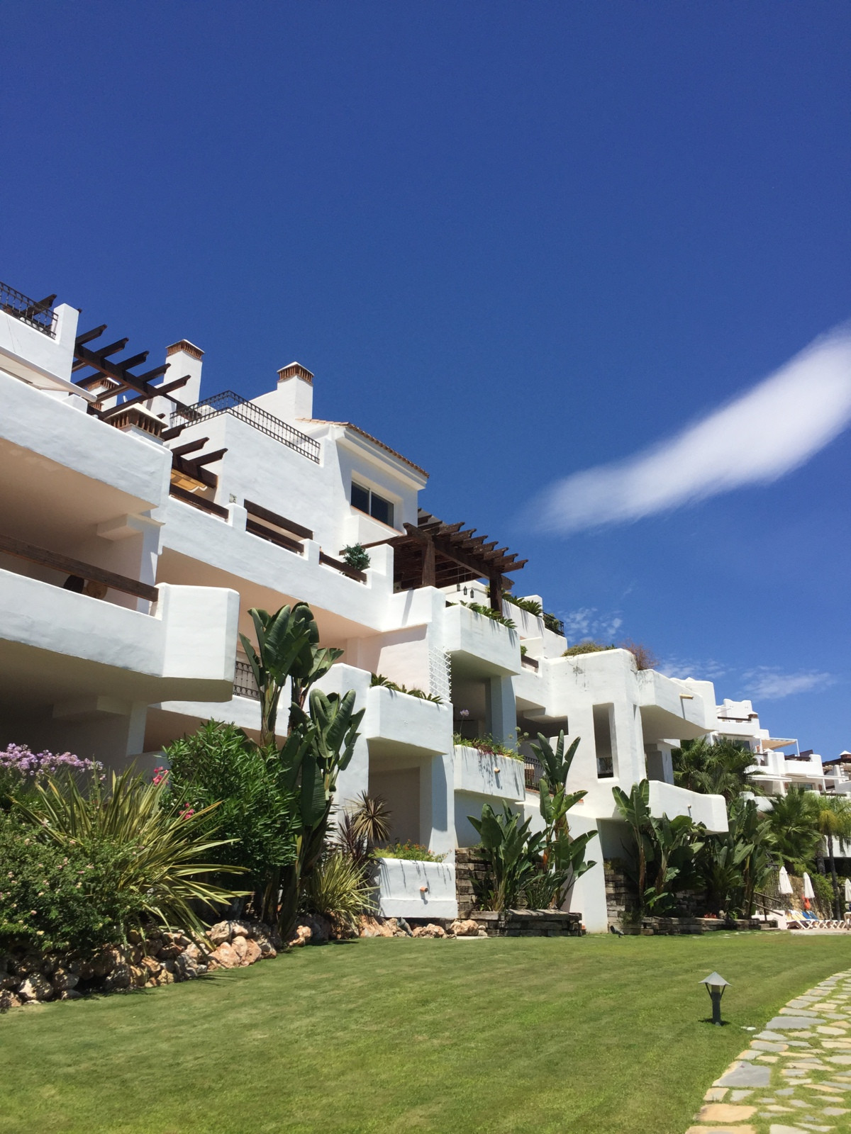 STEAL PROPERTY!!!!! Before 475000!!! In the residential area of Aloha Golf is located this complex o,Spain