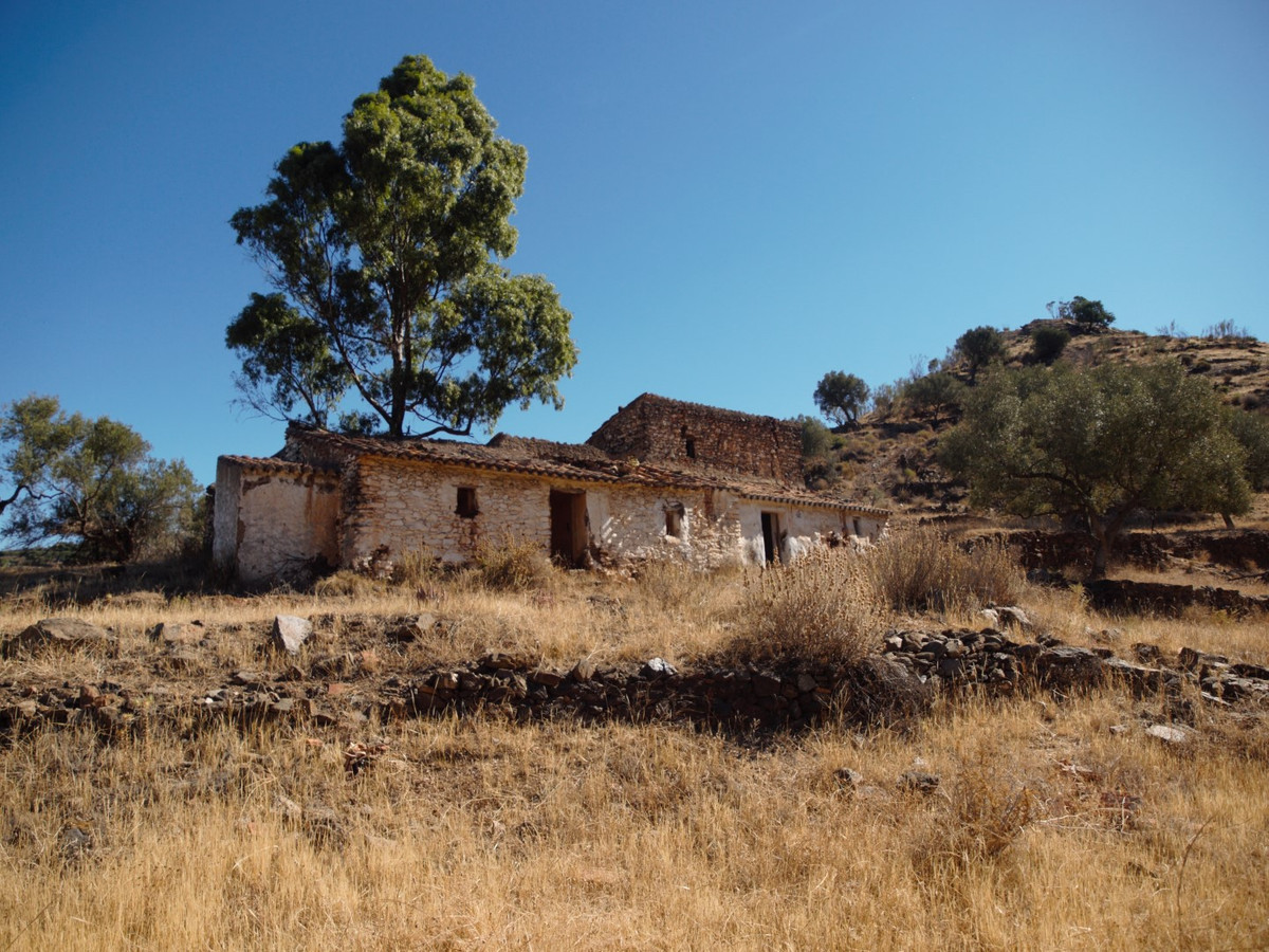 Large plot in Arenas with panoramic views of the mountains, the plot has a ruin of 130 m2 with 70 m2,Spain