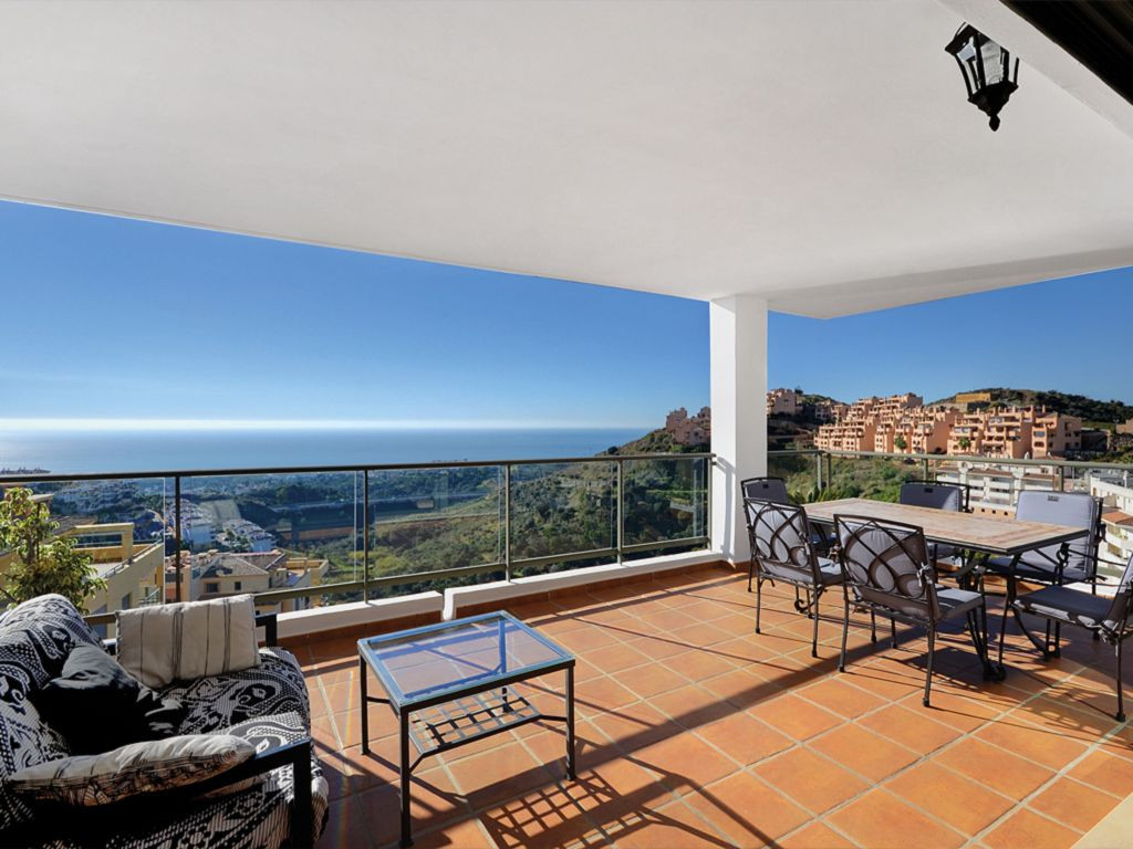 Situated in the upper parts of Calahonda, this spacious, light and contemporary apartment offers stu,Spain