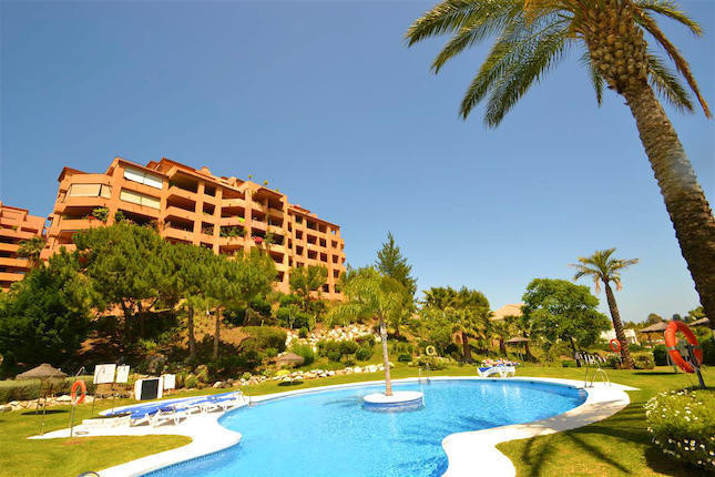 This 2 bed apartment is south facing with beautiful panoramic of the sea and the coastline, includin,Spain
