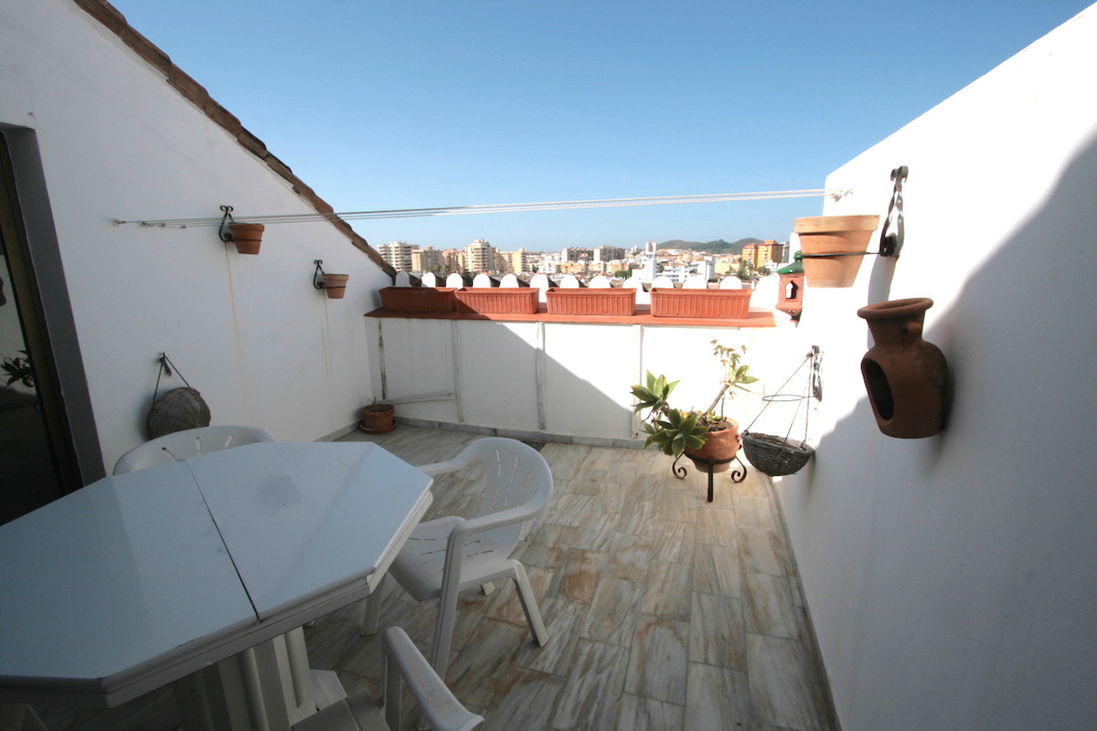 A very charming penthouse with a 14m2 SW-facing sunny terrace and views overlooking the town of Fuen,Spain