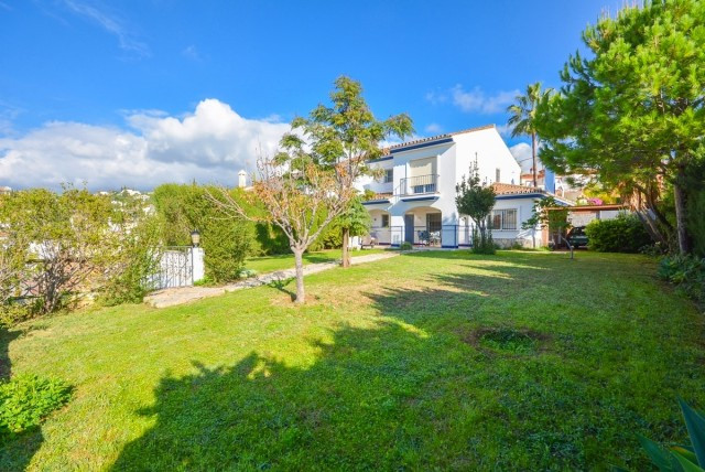 Beautiful corner villa in La Sierrizuela with large garden and 100% privacy..  It is distributed in , Spain