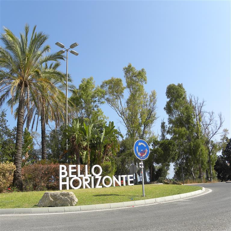 This 4 bedroom 3.5 bathroom townhouse is in the popular and sought after area of Bello Horizonte and,Spain