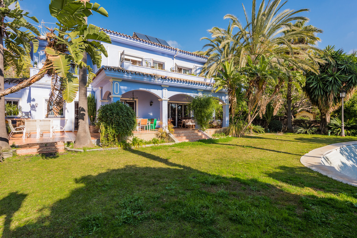 Fantastic villa located in the well known urbanization Xarblanca, in Marbella, just 350 meters from Spain