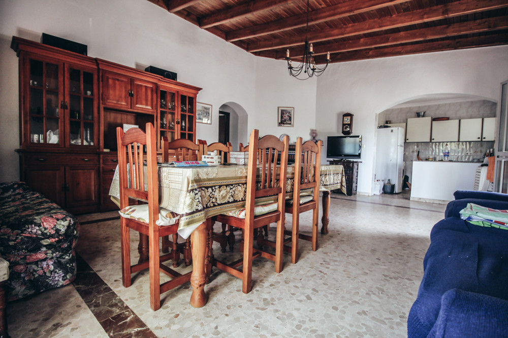 A huge plot with a registered house. Close to the town, the highway and all the amenities. A house h,Spain