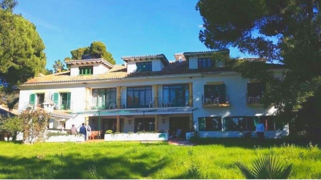 Located in a charming area between Cabopino Marina (Mijas) and Marbella, just steeps away from the b,Spain