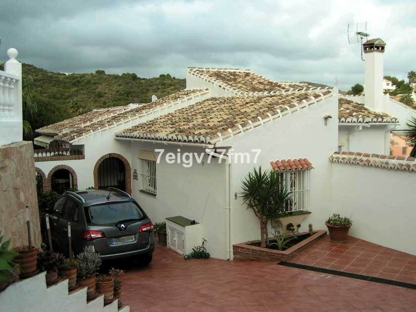 DETACHED VILLA WITH COMMUNITY POOL  Set in the sought after area of Jardines de Calahonda is this im, Spain