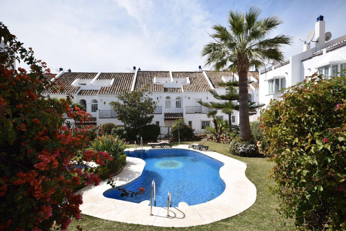 South facing, 4 bedroom townhouse located in a gated community just a few minutes from the beach, th, Spain