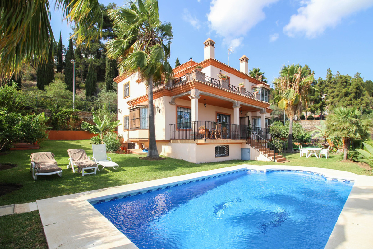A truly remarkable villa set on its own plot of 1000m2 with breathtaking views of the sea and situat, Spain