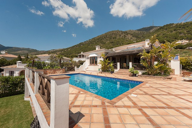 Originally listed for 1,200,000€ and recently reduced to 849,000€. Just minutes from the picturesque, Spain