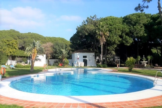 This comfortable studio apartment in the area of Calahonda is situated in a beach community.  Facing, Spain
